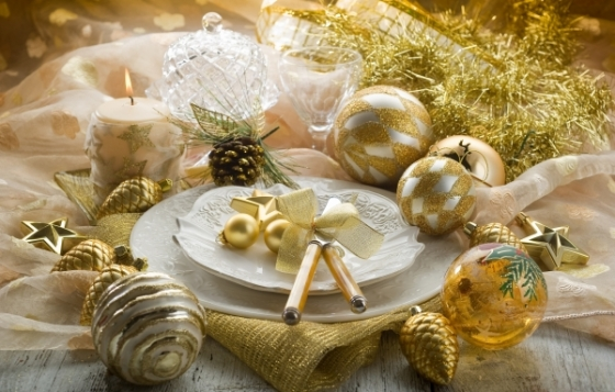 New-Years-Tablescape-Decoration-Ideas-gold-ornaments-garlands